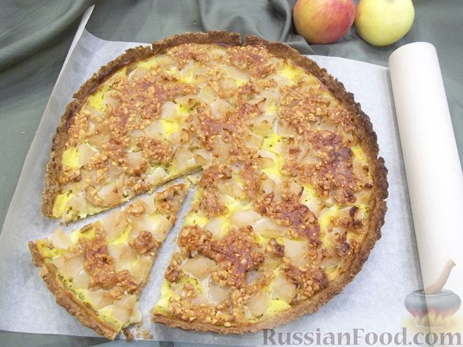 Фото к рецепту: Яблочный тарт с заварным кремом и ореховой корочкой