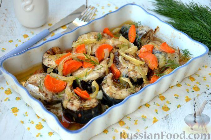 Фото к рецепту: Скумбрия, запечённая с морковью и луком (в рукаве)