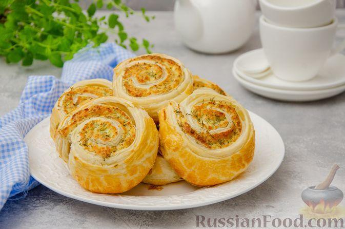 Фото к рецепту: Слоёные рулетики-улитки с творогом, укропом и чесноком