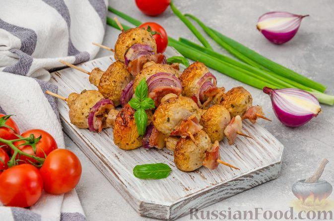 Фото к рецепту: Шашлычки из шампиньонов с беконом и луком, на шпажках (в духовке)