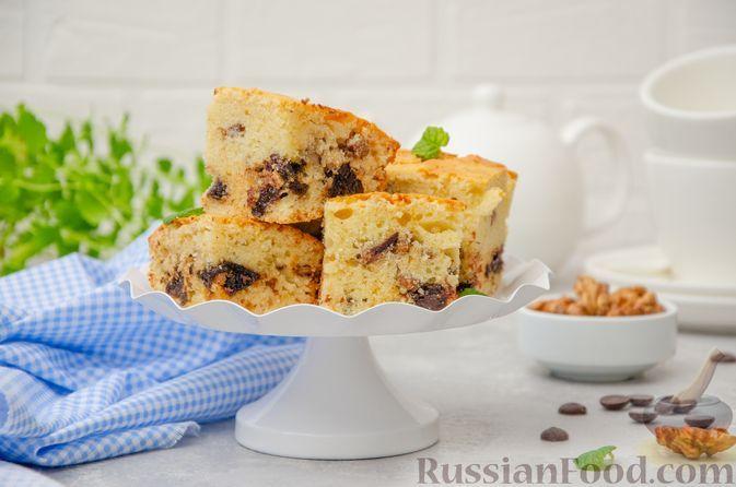 Фото к рецепту: Заливной пирог с черносливом, шоколадом и орехами