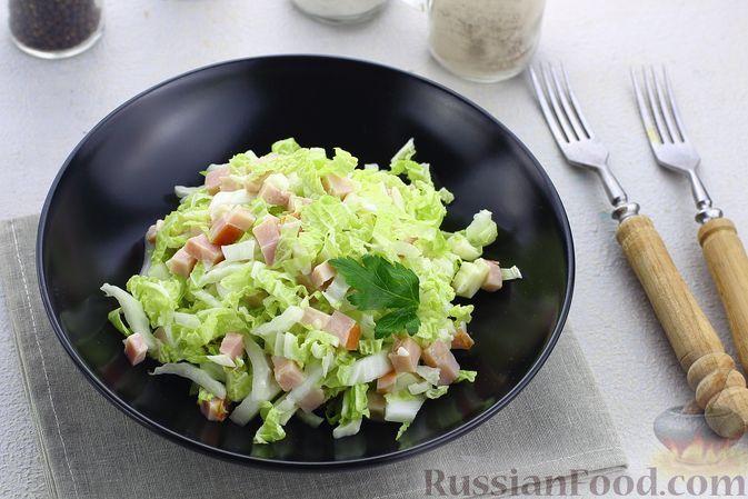 Фото к рецепту: Салат с пекинской капустой, ветчиной и сыром сулугуни