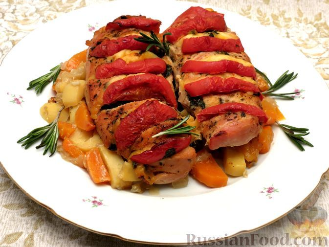 """Фото к рецепту: Филе индейки """"Гармошка"""" с помидорами, шпинатом и сыром, запечённое с овощами"""