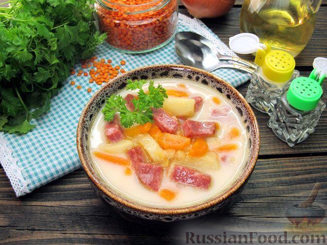 Фото к рецепту: Сырный суп с чечевицей и колбасой