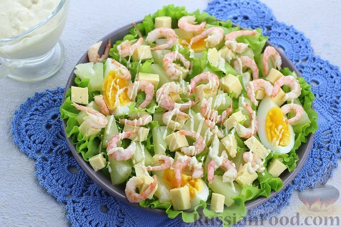Фото к рецепту: Салат с креветками, ананасами, сыром и горчично-йогуртовой заправкой
