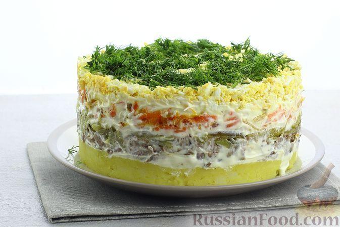 Фото к рецепту: Слоёный салат со шпротами, картофелем, морковью и маринованными огурцами