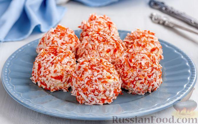 Фото к рецепту: Закусочные шарики с крабовыми палочками, плавленым сыром, яйцами и чесноком