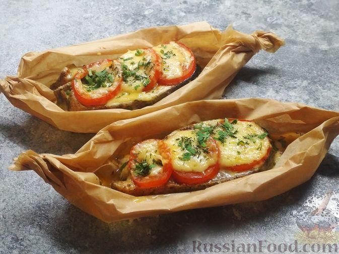 Фото к рецепту: Стейки кеты, запечённые с помидорами и сыром