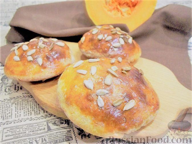 Фото к рецепту: Тыквенные дрожжевые булочки с колбасой и сыром