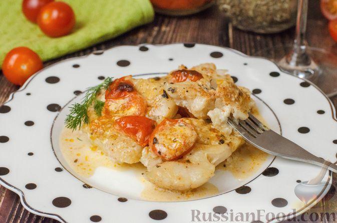 Фото к рецепту: Треска, запечённая с помидорами черри, в белом вине и сливках