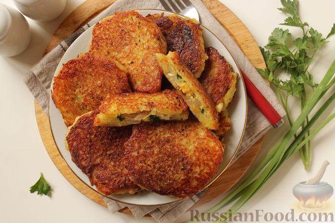 Фото к рецепту: Драники с начинкой из варёных яиц и жареного лука