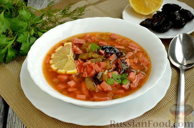 Фото к рецепту: Солянка с колбасой и черносливом
