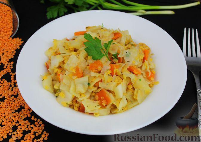 Фото к рецепту: Капуста, тушенная с чечевицей (на сковороде)