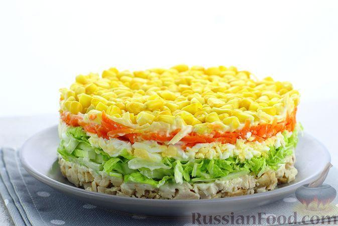 Фото к рецепту: Слоёный салат с курицей, пекинской капустой, морковью, кукурузой и сыром