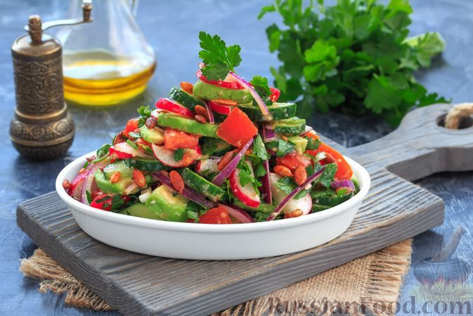 Фото к рецепту: Салат из авокадо, помидоров, огурцов и редиса
