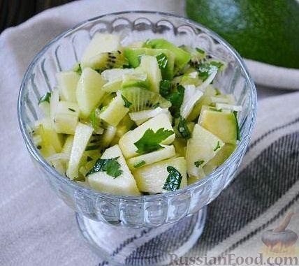 """Фото к рецепту: Салат """"Витаминный"""" из киви и авокадо"""
