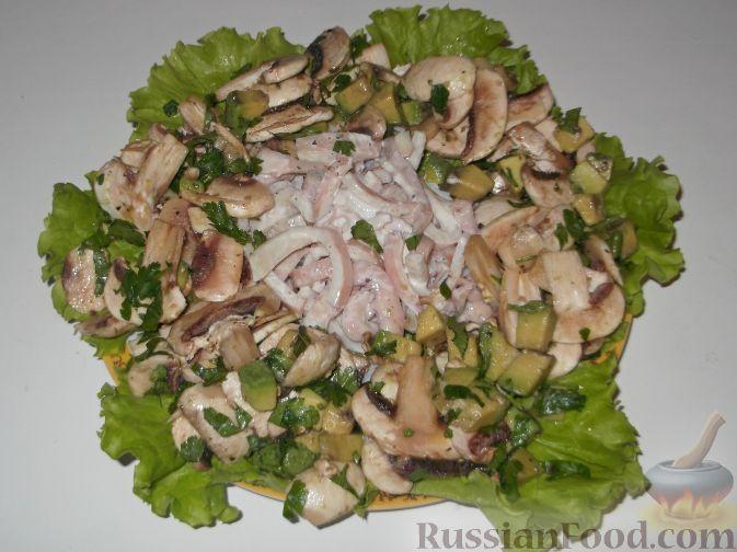 Фото к рецепту: Салат из кальмаров с шампиньонами и авокадо