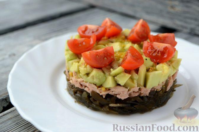 Фото к рецепту: Салат из морской капусты, с тунцом и авокадо