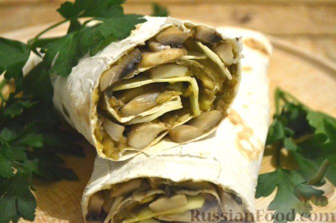 Фото к рецепту: Рулет из лаваша с грибами и авокадо