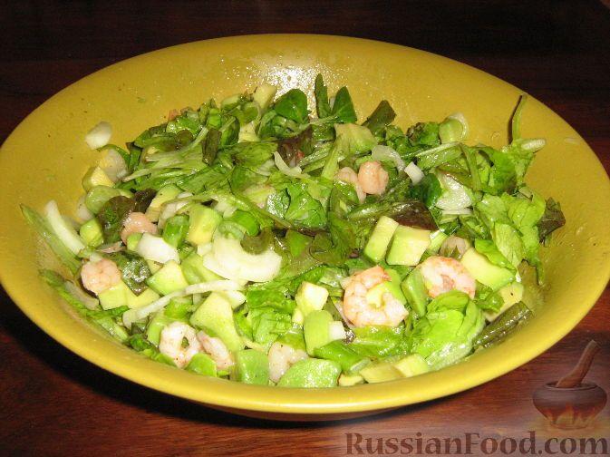 """Фото к рецепту: Салат из креветок и авокадо """"Зеленый"""""""