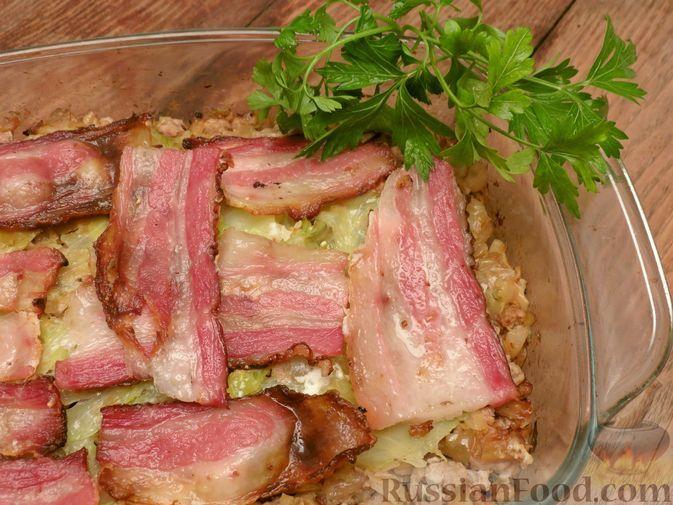 Фото к рецепту: Капустная запеканка с мясным фаршем и беконом