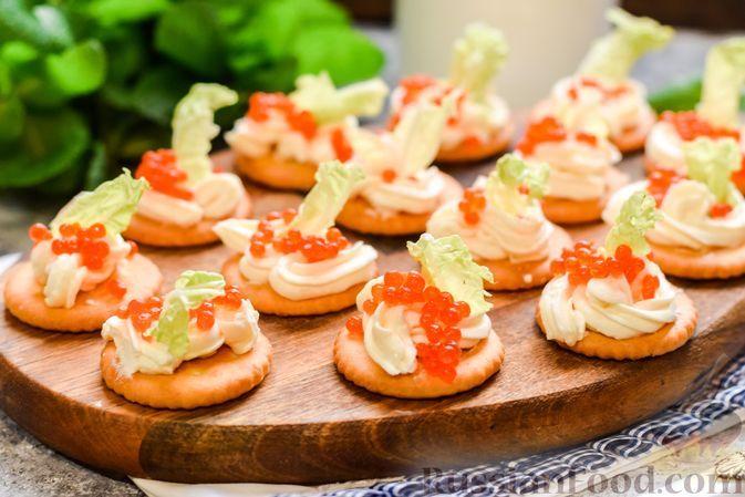 Фото к рецепту: Закуска на крекерах со сливочным сыром и красной икрой