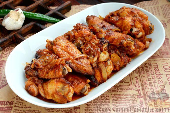 Фото к рецепту: Запечённые куриные крылышки в остром медово-соевом маринаде с чесноком