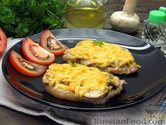 Фото к рецепту: Отбивные из свинины, запечённые с шампиньонами и сыром (в духовке)