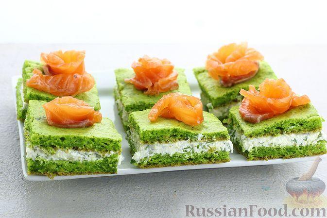 Фото к рецепту: Закусочные пирожные из шпинатного бисквита с творожной начинкой и красной рыбой