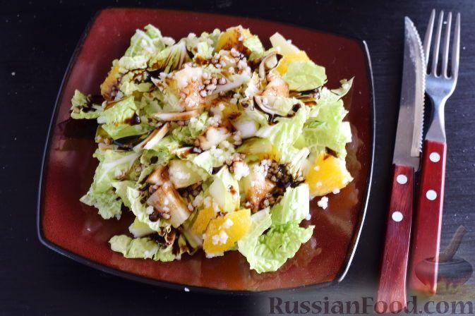 """Фото к рецепту: Салат """"Золотое танго"""" с капустой, фруктами и пшеном"""