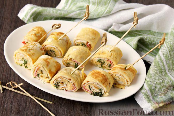Фото к рецепту: Яичные блинчики с крабовыми палочками и сыром