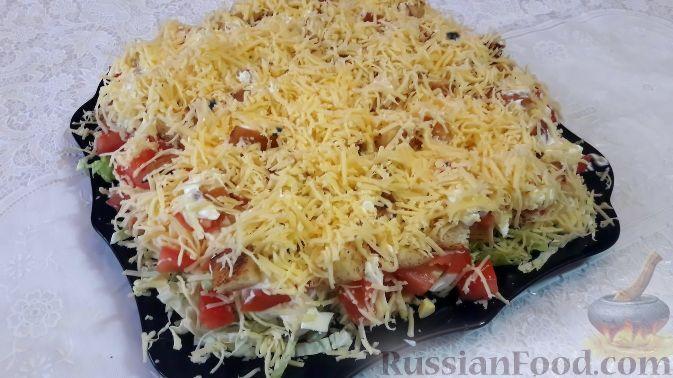 Фото к рецепту: Салат со свининой, помидорами, пекинской капустой и сухариками
