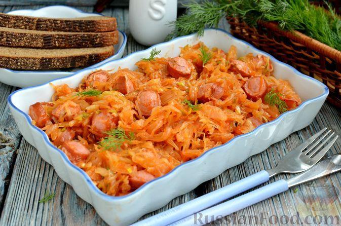 Фото к рецепту: Квашеная капуста, тушенная с сосисками