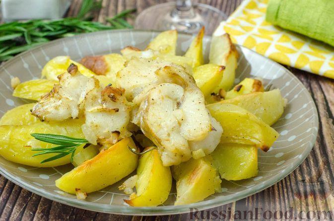 Фото к рецепту: Треска, запечённая в духовке с картофелем и розмарином