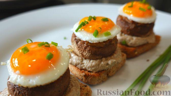 Фото к рецепту: Фаршированные шампиньоны в духовке, со сливочно-грибным соусом