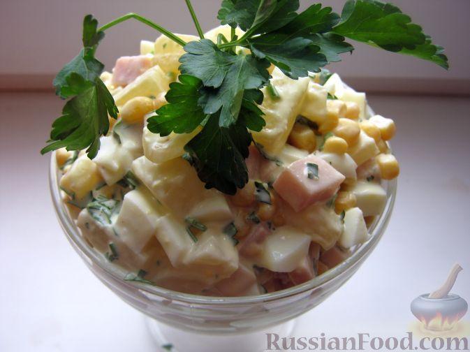 Фото к рецепту: Салат с ветчиной и ананасами