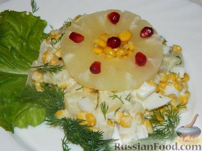 """Фото к рецепту: Салат с ананасом и кальмарами """"Тропическая фантазия"""""""