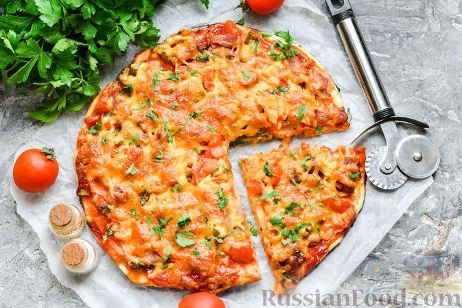 Фото к рецепту: Пицца на слоёном корже с копчёным мясом, помидорами и маринованными огурцами