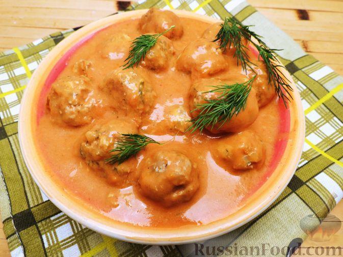 Фото к рецепту: Тефтели из куриного фарша с рисом и грибами, в сливочно-томатном соусе