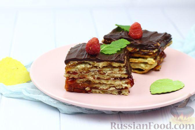 Фото к рецепту: Песочно-ореховые пирожные с джемом и шоколадной глазурью
