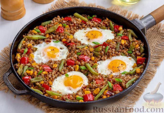 Фото к рецепту: Гречка со стручковой фасолью, болгарским перцем, кукурузой и яйцами