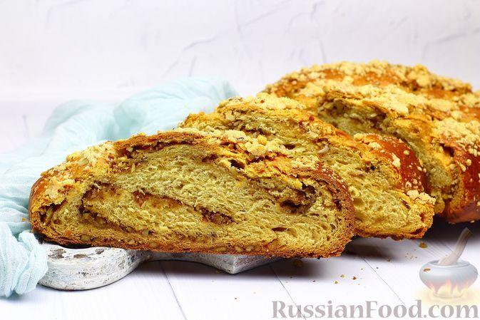 Фото к рецепту: Сдобная пряная плетёнка с апельсином и орехами