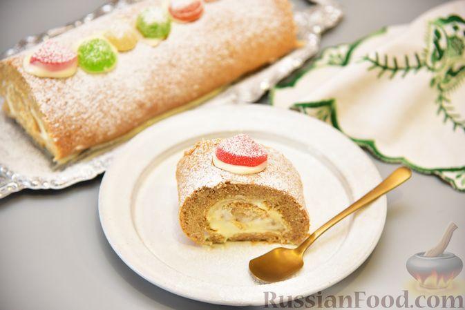 Фото к рецепту: Пряный бисквитный рулет со сливочно-сырным кремом