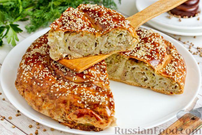 """Фото к рецепту: Дрожжевой пирог """"Улитка"""" с мясным фаршем и картофелем"""