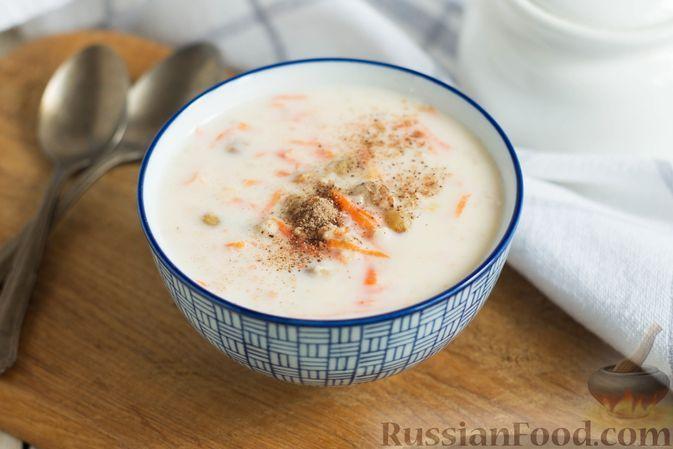 Фото к рецепту: Овсяная каша на молоке, с изюмом и морковью