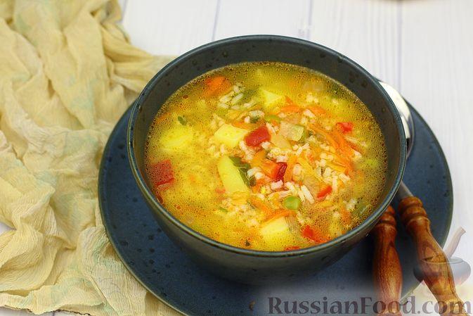 Фото к рецепту: Рисовый суп с зелёным горошком и овощами