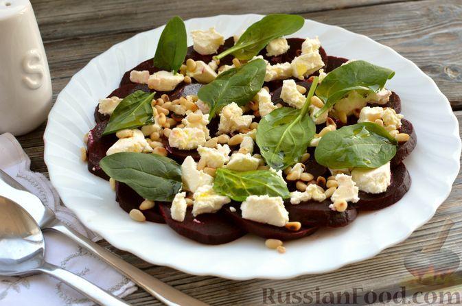 Фото к рецепту: Салат со свёклой, сыром фета, кедровыми орешками и шпинатом