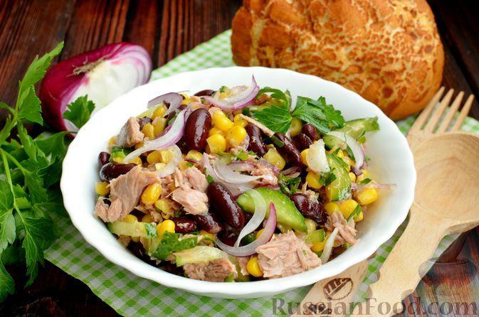 Фото к рецепту: Салат с тунцом, фасолью, кукурузой, огурцом и маринованным луком