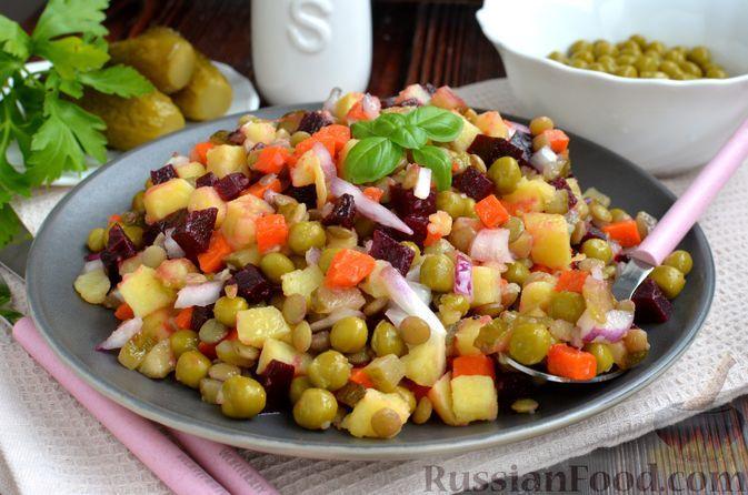 Фото к рецепту: Винегрет с чечевицей, солёными огурцами и зелёным горошком