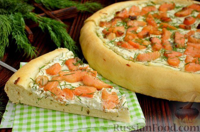 Фото к рецепту: Открытый дрожжевой пирог с красной рыбой и творожным сыром